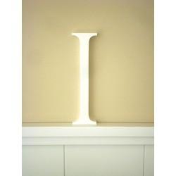 """Silueta letra grande """"I"""" lacada color blanco."""